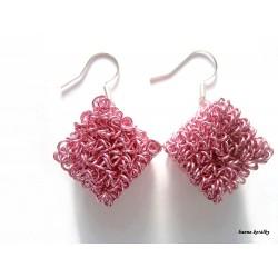 Náušnice tmavě růžové drátkované kostky