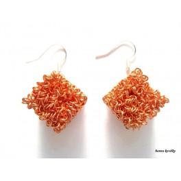 Náušnice světle oranžové drátkované kostky