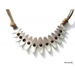 Bílý náhrdelník s přívěskem